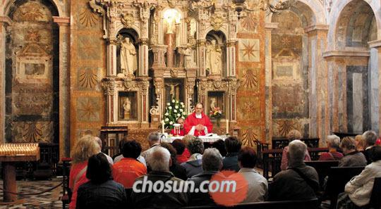 순례길의 종착점 산티아고 데 콤포스텔라 성당에서 미사를 드리는 신자들.