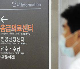 서울 강동경희대병원 투석실에서 치료받던 환자가 메르스 확진 판정을 받아 병원내 추가 감염자가 나오는 게 아니냐는 우려가 나오는 가운데, 18일 이 병원 관계자가 마스크를 쓴 채 인공신장센터 앞을 지나가고 있다.