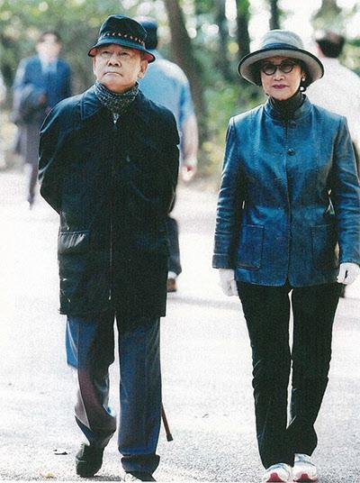 뉴욕 대수술 후 회복기에 걷기운동을 하는 박태준 명예회장 내외.