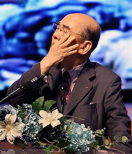 2011년 9월 19일, 포항제철 초창기 현장 직원들과 19년 만에 재회한 자리에서 인사말을 하다 눈물을 짓는 박태준 명예회장. 이 자리는 그의 생애에서 마지막 공식연설이 되었다.