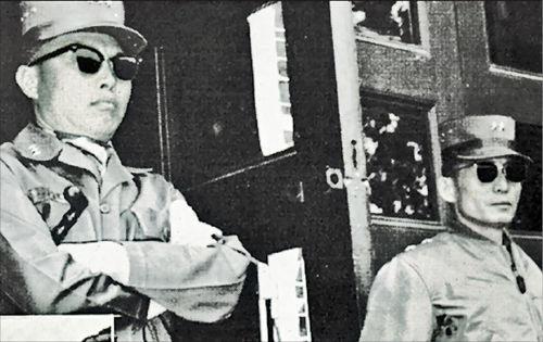 1951년 4월 중공군 5차 1단계 공세 때 국군 6사단을 이끌었던 이는 장도영 준장이다. 5.16 때 박정희 당시 소장과 함께 촬영한 사진이다.