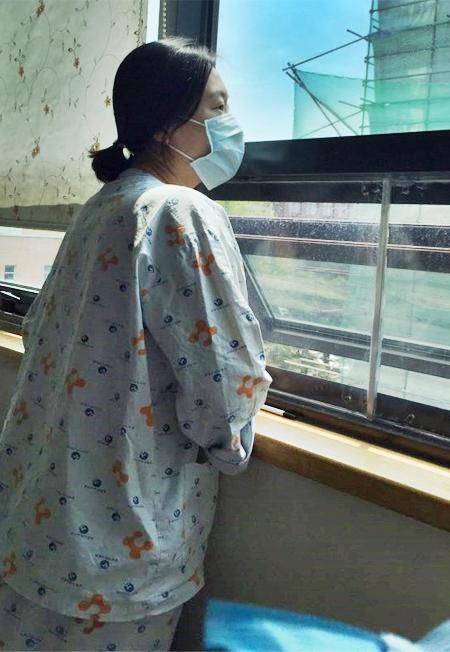 심폐소생술을 하다가 중동호흡기증후군(메르스)에 감염됐던 건양대병원 신교연(39) 수간호사가 29일 국가 지정 격리 병동에서 바깥 풍경을 바라보고 있다. 신씨는 1차 검사에서 음성이 나와 완연한 회복세를 보이고 있다.