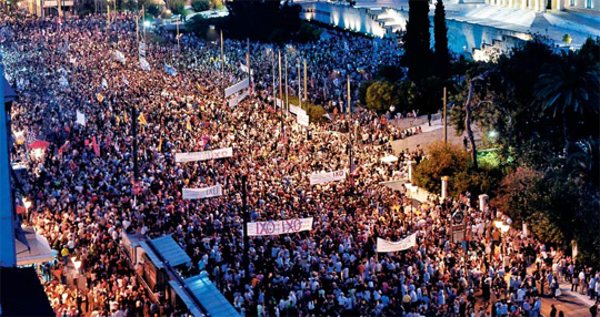 """""""채권단 구제금융안 반대"""" 시위 - 29일 그리스 아테네 거리에서 국제 채권단의 구제금융안에 반대하는 수천 명의 시위 군중이 '아니요(반대)'라는 뜻의 그리스어 'OXI'가 쓰인 플래카드를 들고 행진하고 있다. 그리스는 오는 5일 국제 채권단의 협상안을 받아들일지에 대한 국민투표를 앞두고 있다."""