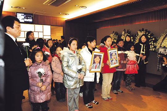 박태준 명예회장 빈소를 찾아온 우리나라 다문화 가정의 아이들.