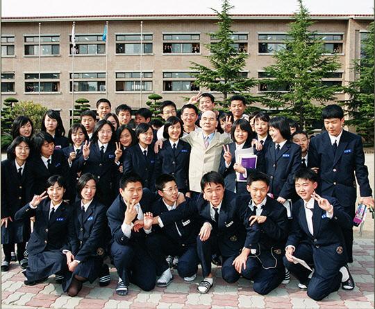 광양제철고 학생들과 어울려 환히 웃는 박태준 명예회장.