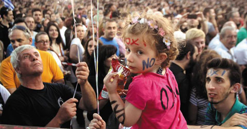 """3일 수도 아테네에서""""반대(Oxi)표를 던지자""""고 주장하는 시민들이 집회를 열고 있다."""