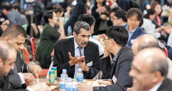 9일 서울 월드컬쳐오픈코리아에서 열린 '이프타르'에 참석한 모함메드 엘 아민 데라기 주한 알제리 대사(가운데)가 여성준 외교부 심의관 등 한국인 참석자들과 이야기를 나누며 저녁 식사를 즐기고 있다.