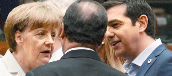 12일(현지 시각) 벨기에 브뤼셀에서 열린 그리스 구제금융 관련 유로존 정상회의에서 알렉시스 치프라스(오른쪽) 그리스 총리가 프랑수아 올랑드(가운데) 프랑스 대통령, 앙겔라 메르켈(왼쪽) 독일 총리와 대화하고 있다.