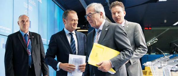 13일(현지 시각) 벨기에 브뤼셀에서 유로존 정상회의가 끝난 후 도날트 투스크(왼쪽에서 둘째) EU 정상회의 상임의장과 장 클로드 융커(오른쪽에서 둘째) EU 집행위원장, 유로그룹 의장인 예룬 데이셀블룸(맨 오른쪽) 네덜란드 재무장관 등이 참석한 가운데 협상 타결을 알리는 기자회견이 열렸다.