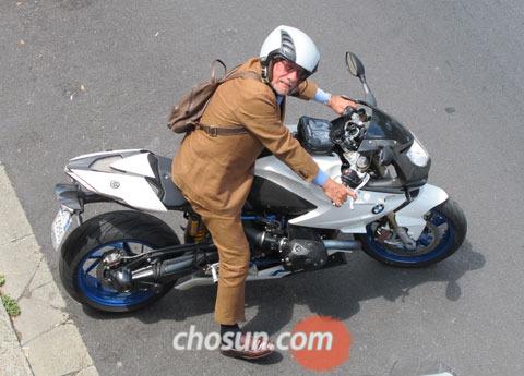 최신식 레이싱 오토바이를 타고 출퇴근하는 에우제니오 알판데리 회장.