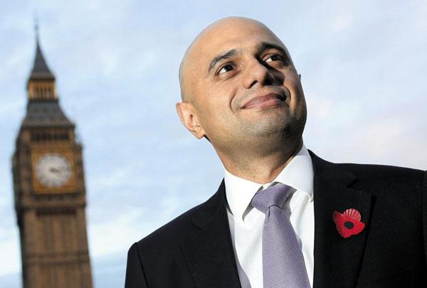 2013년 재무부 금융 담당 부장관 시절 런던 의사당을 배경으로 포즈를 잡은 모습.