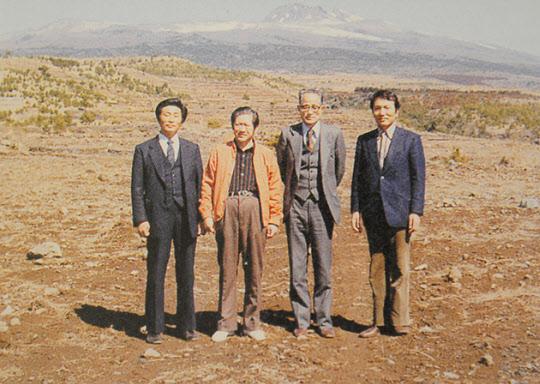 서성환 전 태평양그룹 창업주(사진 왼쪽에서 두번째)가 황무지 앞에서 직원들과 기념촬영을 하고있다. 이 황무지가 지금은 차밭으로 변신했다.