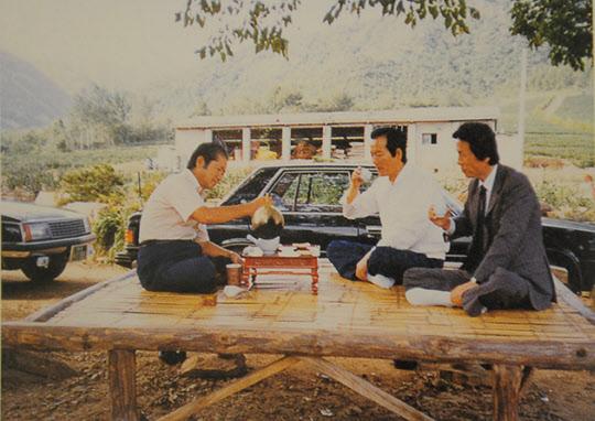 서성환 전 태평양그룹 창업주는 어느 곳에서나 차를 마셨다. 공사장에 마련된 평상에서 차를 따르는 서 창업주(사진 맨왼쪽).