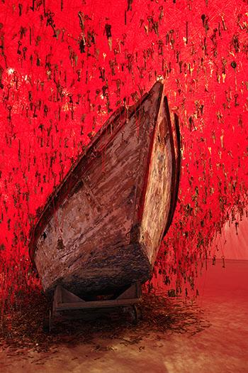 그물같이 얽혀진 실에 수많은 열쇠를 매달아 놓은 일본 대표 작품.