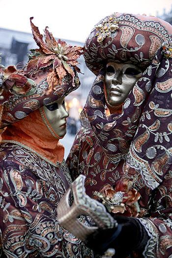 다양한 가면으로 축제를 즐기는 시민들.