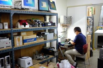 로지시스 서울 본사 직원이 전산장비를 수리하고 있다.