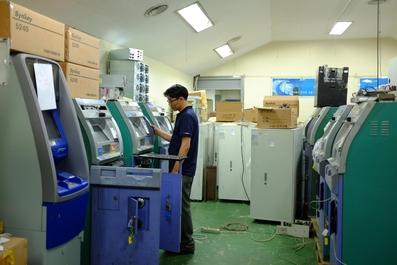 로지시스 서울 본사 직원이 ATM 기기를 수리하고 있다.