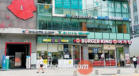2층 바로 갈수있게 길가에 엘리베이터 서울 종로구 수송동에 있는 호수빌딩. 이 건물은 건물 상층부로 올라가는 승강기<사진 왼쪽끝>를 건물 전면에 배치해 1층과 연결성을 높였다. 이 건물 1·2층에 자리 잡은 패스트푸드 업체 '버거킹'에는 1층 주 출입문 옆에 2층으로 바로 오갈 수 있는 계단용 출입문이 하나 더 있다.