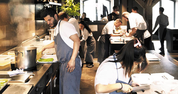 저녁 영업 준비가 한창인 노마의 주방. 요리사들은 세계 최고의 식당이라는 명성을 유지하기 위해 하루 15시간을 기꺼이 일한다.