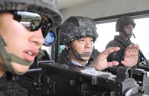 한민구(왼쪽 둘째) 국방장관이 10일 지뢰 폭발사건이 발생한 최전방 소초(GP)를 방문해 북한 GP를 바라보고 있다.