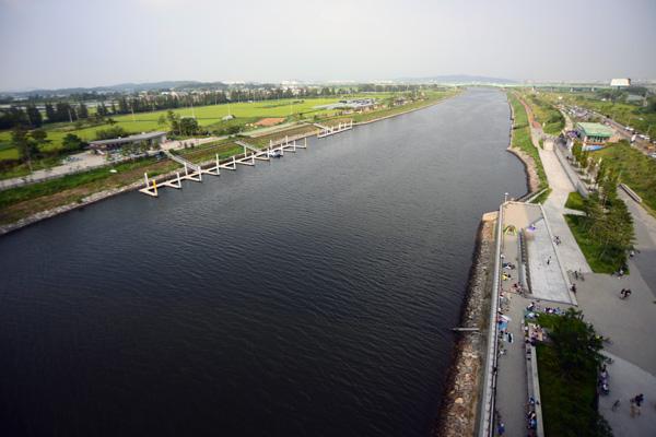 한강과 서해를 잇는 아라뱃길의 모습.