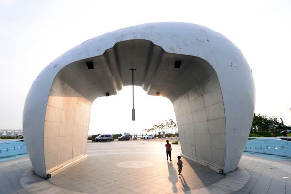 정서진 조형물인 '노을종'의 모습.