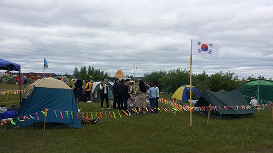 축제장 고려인 캠프에 날리는 태극기. /강덕수