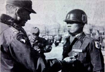 미 8군 사령관 테일러 대장에게 훈장을 받는 김만술 소위.