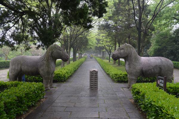 명효릉에 현재 24개만 남아있는 석상.