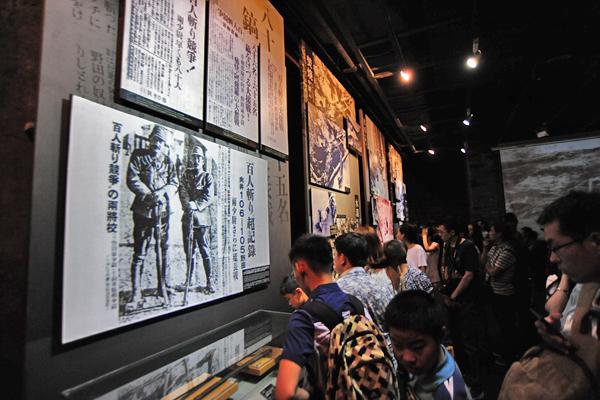 난징대학살 기념관 내부를 관람하는 관광객들.