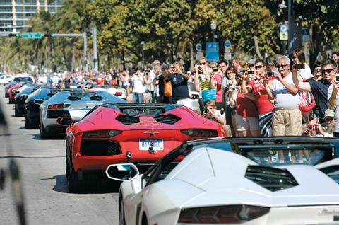 람보르기니는 모터쇼를 통해 새로운 자동차를 공개한다.