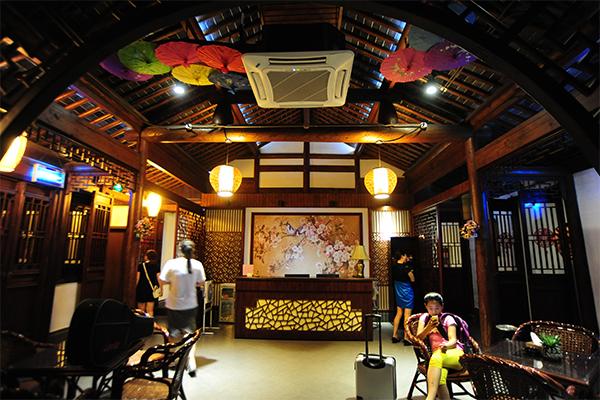 중국 전통 내부장식이 인상적인 상원 호텔의 로비.