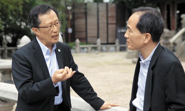 동양인 최초 랜덤하우스 사장·국제출판협회 회장 지낸… 지영석 엘스비어 회장(왼쪽)