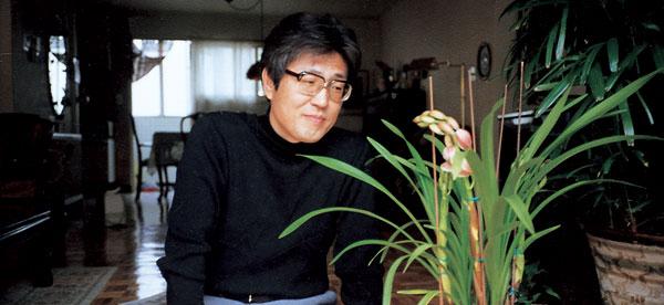 올해로 25주기를 맞은 문학평론가 김현이 타계하기 1년 전에 난을 돌보던 모습.