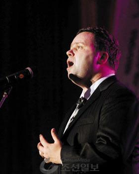 폴 포츠가 2010년 10월 19일 경기도 군포 서울소년원에서 소년원 학생들을 위해 노래를 부르고 있다.