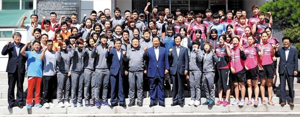 국가대표 지도자·선수들도 약정 통일나눔펀드에 동참하기로 한 국가대표 지도자·선수들이 10일 서울 태릉선수촌 챔피언하우스 앞에서 기념 촬영을 하고 있다.