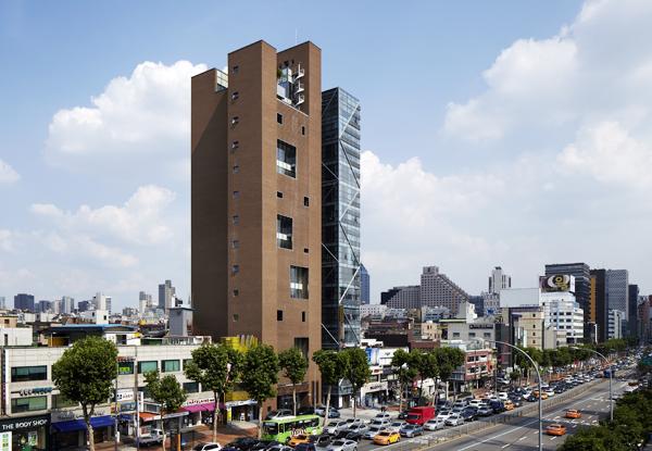 황두진이 설계한 서울 강남대로의 15층 빌딩 '원앤원 63.5'(가운데 고층 건물 중 왼쪽). 강남에서 보기 드문 벽돌 건물이다. 벽돌을 엇갈리게 쌓아 외부의 공기와 빛이 건물 안으로 스며들게 했다.
