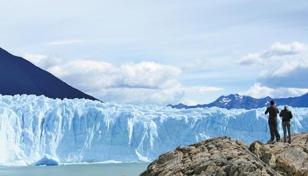 1877년 프란시스코 파스카시오 모레노가 발견한 페리토 모레노 빙하. 굉음과 물보라를 만들어내며 무너지는 빙하에서 얼음의 시퍼런 열기가 느껴질 정도이다.