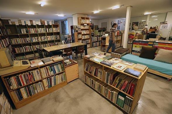 널찍한 책상과 소파를 마련해 북카페처럼 편안히 앉아 책을 읽고 갈 수 있는 공간으로 만들었다. / 이진한 기자