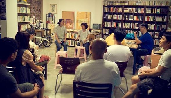 다큐멘터리 영화 '자전거, 도시'의 상영회 직후 공미영 감독과 관객이 대화를 나누고 있다. / 이상한 나라의 헌책방 제공