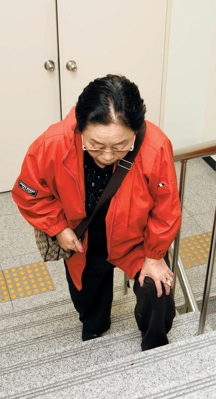 노인이 되면 무릎 연골이 닳아 계단 오르내기가 힘들어진다. 대한노인회 산하 노인의료나눔재단은 경제적으로 어려운 65세 이상의 퇴행성 관절염 환자에게 무료 수술을 지원하고 있다. 지난 2011년부터 현재까지 총 802명이 혜택을 받았다.