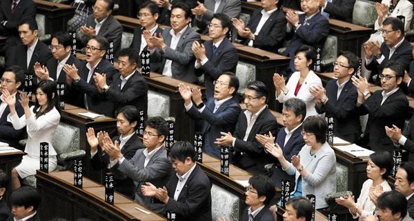19일 일본 참의원 본회의장에서 안보관련법이 통과되자 여당 의원들이 일제히 박수를 치고 있다.