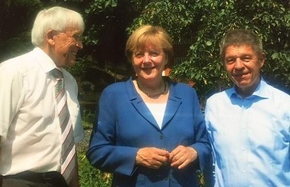 메르켈 독일 총리가 지난 여름 휴가 때 남편(맨 오른쪽)과 함께 쿤체 시인(맨 왼쪽)의 집에 들러 찍은 사진 /전영애 교수 제공