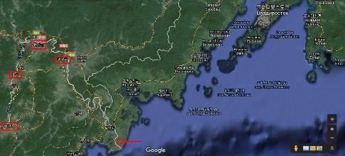 화살표가 가리키는 지역이 녹둔도로 추정되는 곳이다. 지도 왼쪽의 붉은 사각형은 세종 때 정복 전쟁으로 확립된 육진(六鎭)이며, 가장 왼쪽의 사각형이 여진어로 오모호이(Omohoi)라고 불리는 회령(會寧)이다.