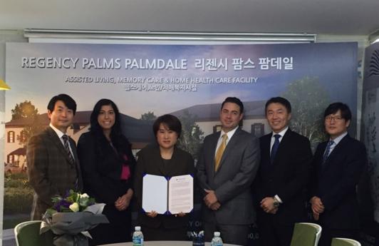 8일 국민이주와 글로벌프레미어아메리카 리저널센터가 EB-5 프로그램 에이전시 계약서에 서명한 뒤 기념촬영을 하고 있다