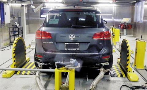 지난 13일(현지 시각) 미국 미시간주(州) 앤아버에 있는 미 환경보호청(EPA) 저온테스트실험실에서 폴크스바겐 스포츠유틸리티차량(SUV)인 투아렉 디젤차의 배출가스 저감장치에 대한 검사가 이뤄지고 있다.