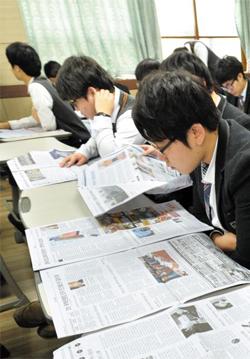 신문 읽기가 수능 성적은 물론 '좋은 직장' 취업률도 높이는 것으로 조사됐다. 사진은 지난해 2월 대전 대성고등학교 3학년 학생들이 교실에서 신문을 읽는 모습