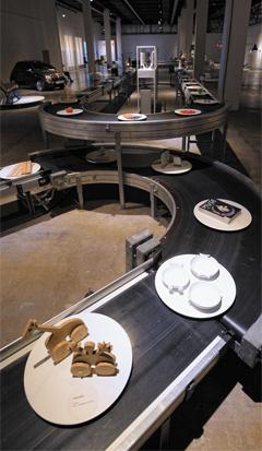 회전초밥집처럼 컨베이어 벨트 위에 디자인 상품을 올려 관객들이 흥미있게 전시를 보게 한 광주디자인비엔날레 제4전시관 사진