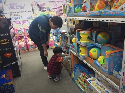 창신동의 한 완구점에서 아빠와 아들이 장난감을 구경하고 있다. /이선목 인턴기자