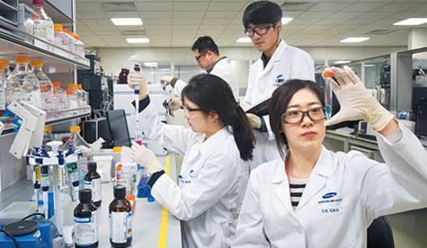 인천 송도에 있는 삼성바이오로직스 연구실에서 연구원들이 바이오의약품 성분을 실험하고 있다. 회사는 올해 안에 15만리터(L) 규모의 공장을 착공해 2020년까지 세계 2위 규모의 바이오의약품 생산 능력을 확보할 계획이다. /김지호 기자